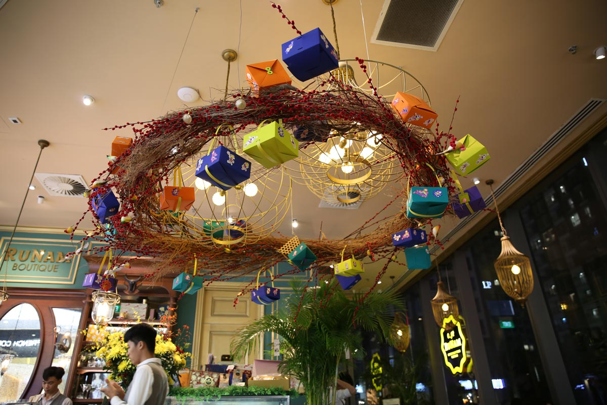 Trang trí nội thất và đèn trang trí cao cấp của quán cafe RuNam Bistro