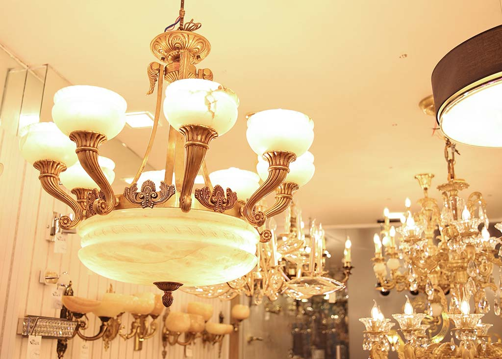 showroom đèn chùm đồng
