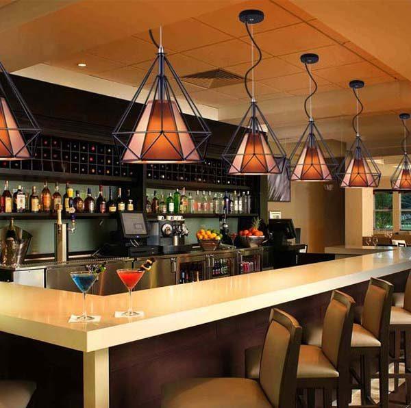 Đèn thả kim cương tại quầy bar của một nhà hàng.